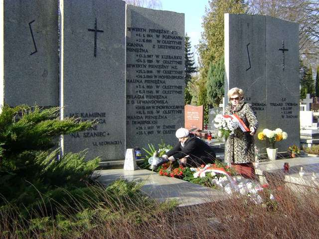 Kwiaty na grobie Seweryna Pieniężnego - full image